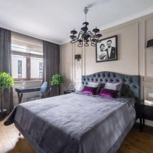 Ścianę za łóżkiem wykończono farbą w beżowym kolorze, która ociepliła przestrzeń eleganckiej sypialni. Projekt: Dariusz Grabowski. Fot. Paweł Martyniuk