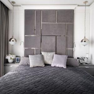Ścianę za łóżkiem wykończono tapicerowanym zagłówkiem ze srebrnymi wstawkami, które nadają sypialni eleganckiego charakteru. Projekt: Magdalena Miśkiewicz, Miśkiewicz Design (architekt prowadzący: Gabriela Radwanowska). Fot. Łukasz Zandecki