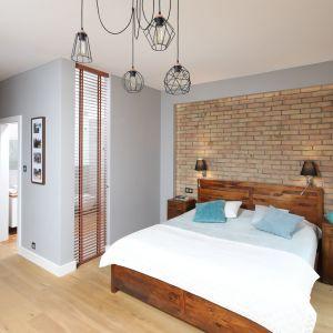 Ścianę za łóżkiem pięknie zdobi cegła, które idealnie pasuje do drewna. Projekt: Maciejka Peszyńska-Drews. Fot. Bartosz Jarosz