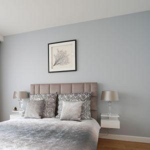 Ścianę za łóżkiem pomalowano jasną, szarą farbą. Projekt: Katarzyna Mikulska-Sęklaska. Fot. Bartosz Jarosz