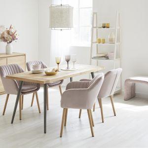 Pomysł na stół do małej jadalni w salonie. Wykonane z aksamitu krzesło z podłokietnikami Emilia - 619 zł, stół do jadalni Kapal z blatem z litego drewna - 2599 zł. Marka: Westwing