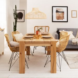 Pomysł na stół do małej jadalni w salonie. Stół Verde w wybarwieniu buk naturalny, dł. 160 cm - 2687 zł, krzesła wykonane z naturalnego rattanu - 305 zł. Producent: Black Red White