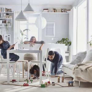 Pomysł na stół do małej jadalni w salonie. Lekki stół Melltorp - 149 zł, krzesła Teodores - 99,99 zł. Producent: IKEA