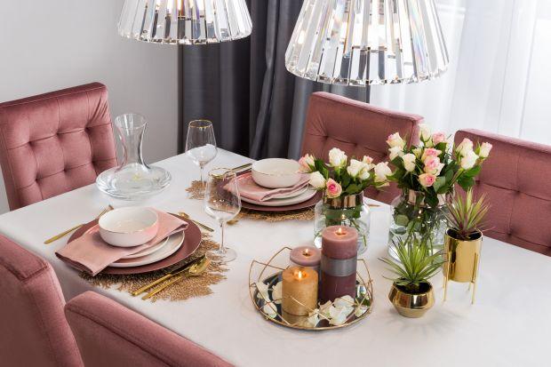 Stół daje ogromne możliwości aranżacyjne – w zależności od pory roku, znajdują się na nim zastawa, akcesoria i dekoracje w różnych kolorach i wzorach.