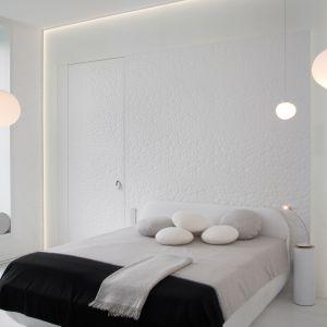 W małej sypialni lepiej postawić na jasne kolory, które powiększą optycznie pokój.  Projekt: Joanna Kulczyńska-Dołowy. Fot. Hanna Długosz