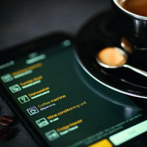 CM6 MilkPerfection możesz obsługiwać zdalnie: WifiConn@ct pozwala nie tylko zmienić ustawienia czy zrobić kawę bez zbliżania się do ekspresu, ale także wygodnie zrobić zakupy online lub skorzystać z aplikacji BaristaAssistant. Fot. Miele