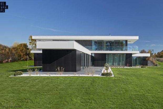 Dom Pawilonwyróżnia się stonowaną biało-czarną elewacją oraz geometrycznymi bryłami. Od strony ulicysprawia wrażenie parterowego, ale od strony ogrodu ma dwie kondygnacje.