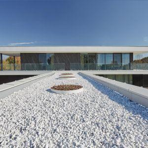 Górna bryła wyglądem przypomina mały, modernistyczny dom pawilon. Ma powierzchnię ok. 100 metrów kwadratowych i stanowi strefę dzienną. Fot. 81.waw.pl
