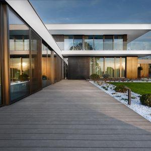 Dom wyróżnia się stonowaną biało-czarną elewacją oraz geometrycznymi bryłami. Fot. 81.waw.pl