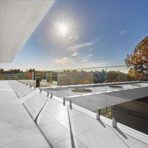Dom został zaprojektowany w taki sposób, że jedną bryłę domu przecina wejście i basen. Fot. 81.waw.pl