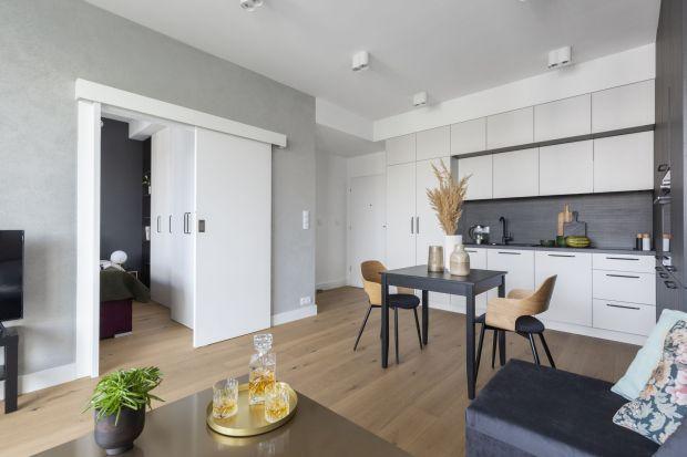 Przeznaczone na wynajem mieszkanie urządzono prosto i funkcjonalnie, mając na uwadze przede wszystkim komfort przyszłych lokatorów. Nienaganna stylistyka oraz wysokiej jakości materiały wykończeniowe dają pewność, że wystrój przetrwa próbę c