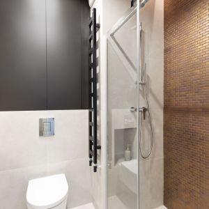 Mała łazienka w niewielkim mieszkaniu na wynajem. Projekt i realizacja: Pracownia Architektury Wnętrz Decoroom. Zdjęcia i stylizacja: Marta Behling, Pion Poziom – fotografia wnętrz