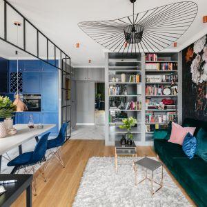 Pomysł na kolor ścian i mebli w salonie. W modzie jest teraz maksymalizm - coraz więcej koloru w salonie, kwiatowe wzory, ciemne nasycone barwy, takie jak błękit, zieleń czy granat. Projekt: Marta Wierzbicka-Patejuk. Fot. Aleksandra Dermont