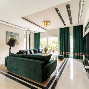 Pomysł na kolor ścian i mebli w salonie. Butelkowy zielony w pięknym stylowym salonie. Projekt: Trędowska Design. Fot Michał Bachulski