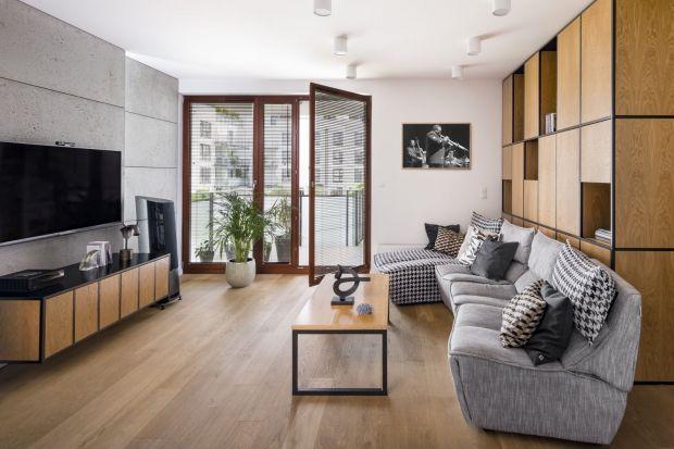 Zmiana dotychczasowej aranżacji pomieszczeń? A może wykończenie przestrzeni w nowym mieszkaniu? Praktycznie w każdym wnętrzu sprawdzi się beton, który – podobnie jak cegła – z pofabrycznych loftów śmiało wkroczył do naszych domów. Jak