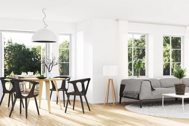 Dobrze dobranapodłoga może całkowicie odmienić wnętrze. Być tłem dla aranżacji lub podkreślić jej charakter. Świetną i niedrogą opcją są panele laminowane, które z wyglądu do złudzenia przypominają podłogi drewniane.