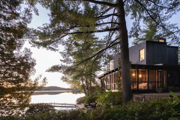 Ten dom to spotkanie dwóch epok: oryginalny 40-letni budynek z bali i bardzo współczesna dobudowa. A jednak obie części doskonale się uzupełniają, tworząc pięknąbryłę nad samym brzegiem urokliwego jeziora.