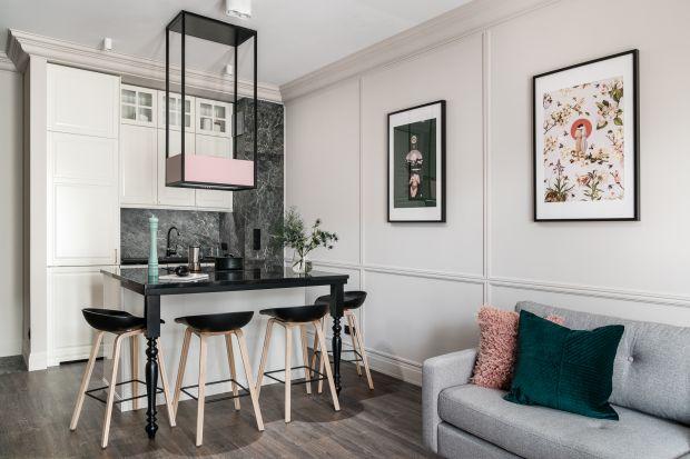 Salon połączony z kuchnią to modny i popularny zabieg aranżacyjny, chętnie stosowany zarówno w niewielkich mieszkaniach w blokach, jak i przestronnych domach jednorodzinnych. Jak zaprojektować tę wielozadaniową przestrzeń, aby urządzić modne i