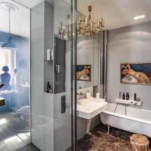 Część korytarza została włączona do łazienki, dzięki czemu znalazło się tam miejsce zarówno na prysznic, jak i na wolnostojącą wannę. Fot. Rafał Lipski. Stylizacja: Barbara Dereń-Marzec