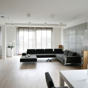 Styl minimalistyczny jest w założeniu bardzo podobny do stylu skandynawskiego lub nowoczesnego. Projekt Agnieszka Ludwinowska. Fot. Bartosz Jarosz