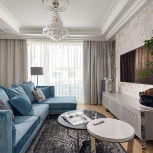 Niebieska kanapa prezentuje się super w klasycznym salonie. Projekt Agnieszka Hajdas-Obajtek. Fot. Wojciech Kic