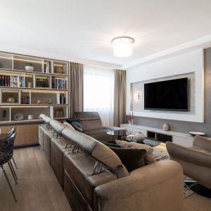 Salon urządzony jest elegancko, ponadczasowo i przytulnie. Projekt i zdjęcia: pracownia KODO Projekty i Realizacje Wnętrz