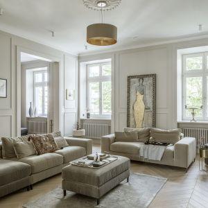 Jasny salon urządzony w stylu modern chic. Projekt Hola Design. Fot. Yassen Hristov