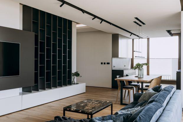 Wnętrze jest proste,funkcjonalne i komfortowe. Pozwala na odpoczynek i uspokojenie po ciężkim dniu na planie filmowym. Inspiracją stał się japoński minimalizm oraz nastrojowe oświetlenie.