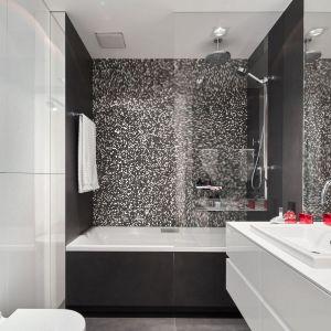 Łazienka urządzona w biało-czarnej kolorystyce. Projekt: Bibianna Stein-Ostaszewska (Bibi Space). Fot. Olo Studio