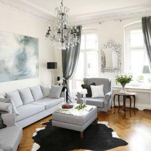 W eleganckim salonie świetnie prezentuje się czarny skórzany dywan z białymi elementami. Projekt: Iwona Kurkowska Fot. Bartosz Jarosz
