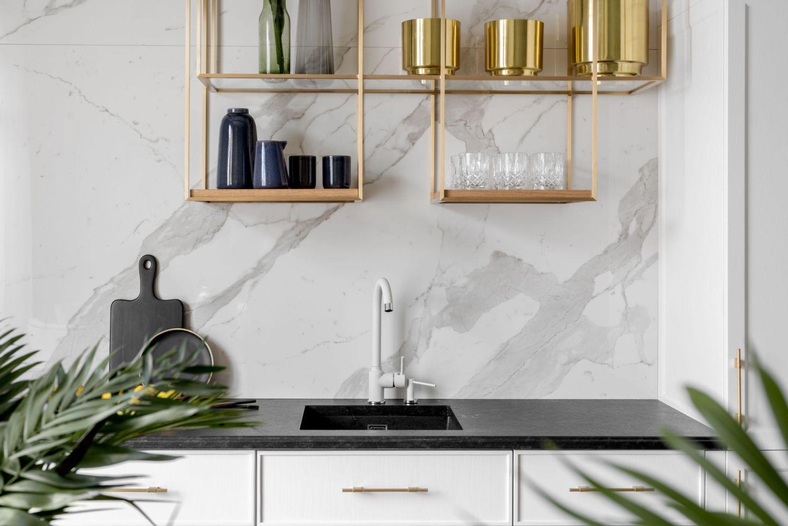 Pomysł na płytki na ścianę nad blatem w kuchni. Projekt:  Decoroom. Fot. Pion Poziom