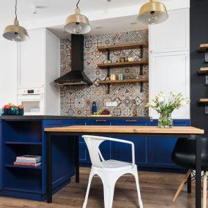 Pomysł na płytki na ścianę nad blatem w kuchni. Projekt: Anna Krzak. Fot. Bartosz Jarosz