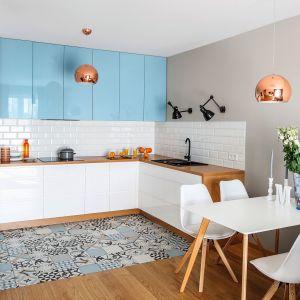 Pomysł na płytki na ścianę nad blatem w kuchni. Projekt Decoroom. Fot. Pion Poziom