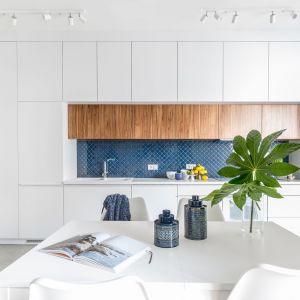 Pomysł na płytki na ścianę nad blatem w kuchni. Projekt: Monika Pniewska. Fot. Pion Poziom