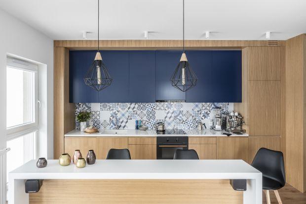 Płytki ceramiczne to popularny i niedrogi pomysł na aranżację ściany nad blatem w kuchni. Zobaczciejak może wyglądaćkuchnia z kafelkami na ścianie. Mamy aż 10 ciekawych aranżacji kuchni!