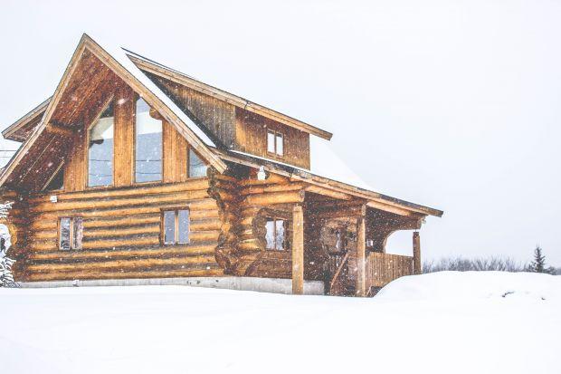 Dom z bali drewnianych: czy warto? O czym trzeba wiedzieć?