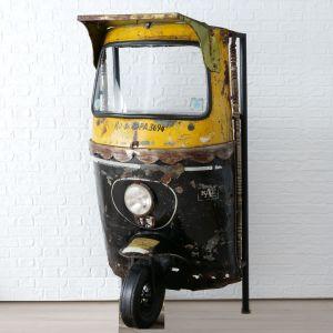 Półka Tuktuk z miejscem na wino. Wykonana z metalu, kształtem przypominająca zabytkową rikszę, celowo postarzana. Cena: 5.099 zł. Do kupienia w sklepie DekoracjaDomu.pl. Fot. DekoracjaDomu.pl