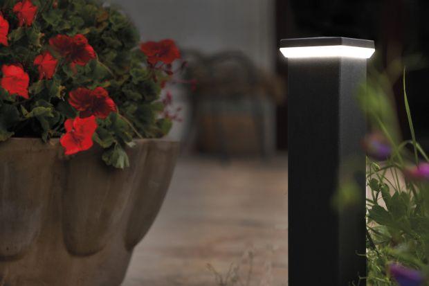 Jesienią i zimą zmrok zapada bardzo wcześnie. Warto w tym czasie zadbać o oświetlenie zewnętrzne, które nie tylko pozwoli bezpiecznie poruszać się po podwórku, ale też nada naszej posesji przytulniejszy charakter.