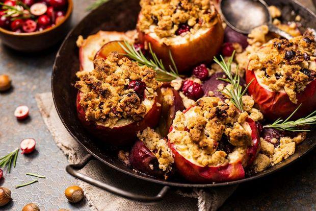 Polecamy przepis naproste, smaczne i pełne walorów smakowych jabłka pieczone pod kruszonką. Smacznego.