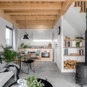 Mała otwarta strefa dzienna z salonem, jadalnią i kuchnią. Projekt: Raca Architekci. Fot. Fotomohito