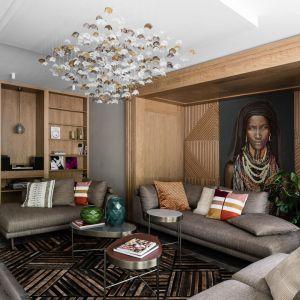 Jak łączyć ściany i podłogę w salonie. Bardzo ciemne podłogi zestawione z drewnem na ścianie. Projekt: Magdalena Bielicka, Maria Zrzelska-Pawlak. Fot. Fotomohito