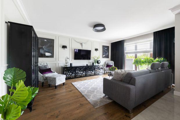 Jak łączyć kolory ścian i podłóg w salonie? Jakie pomysły na ścianę za kanapą czy ścianę za telewizorem są teraz najpopularniejsze i jak dobrać do nich pasującą podłogę? Zobaczcie 12 ciekawych aranżacji salonów.