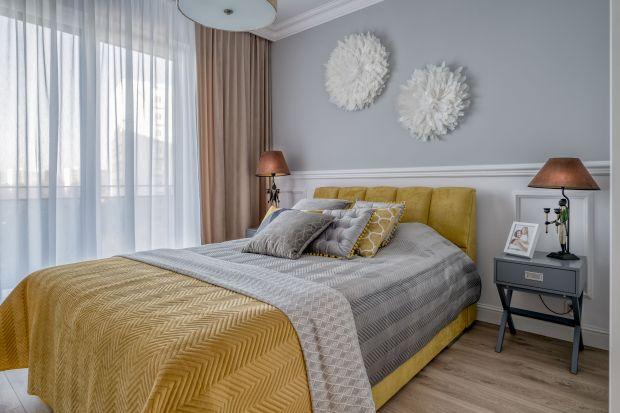 Tapeta, drewno, a może miękki tapicerowany zagłówek? Zobaczcie jak można efektownie wykończyć ścianę za łóżkiem w sypialni.