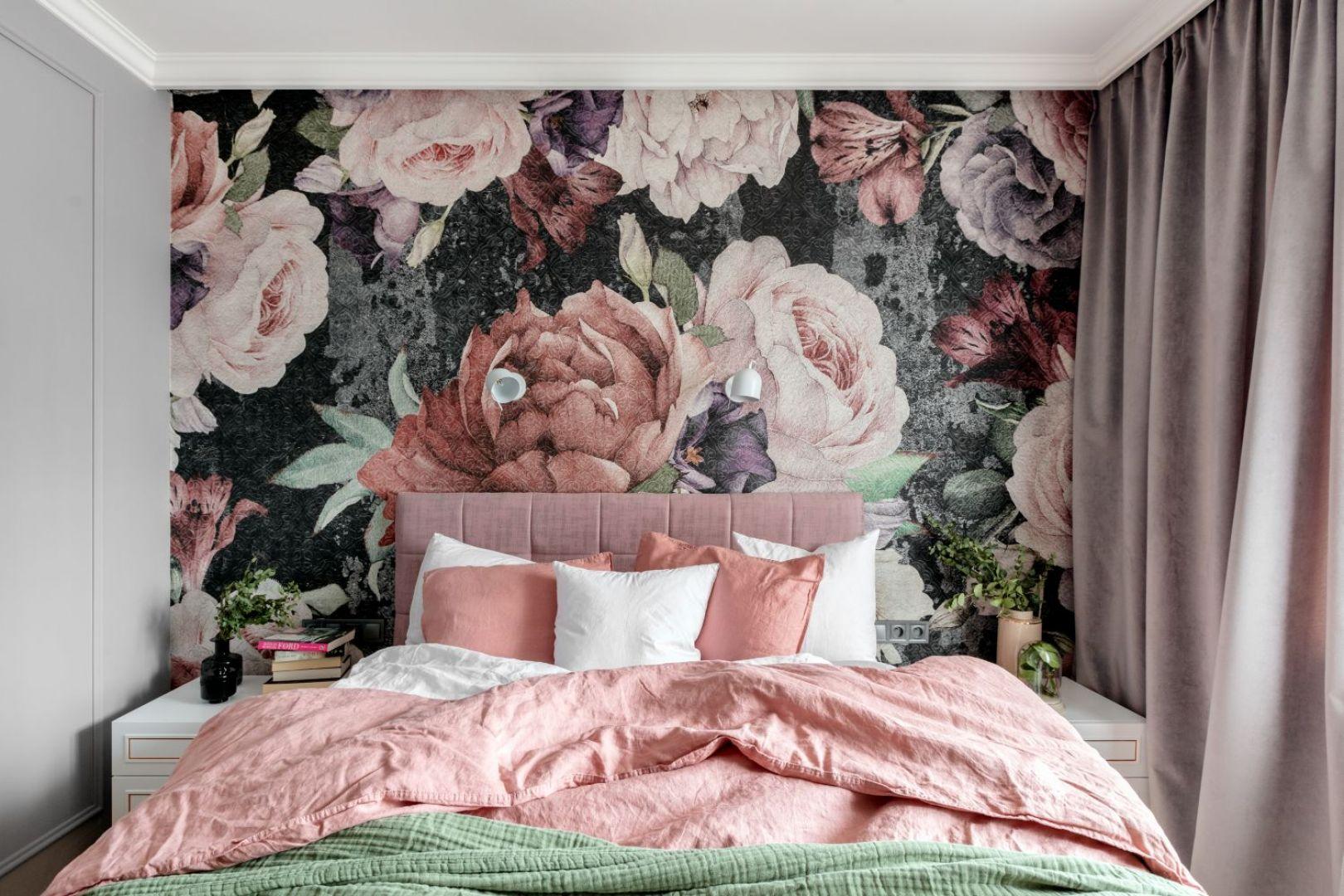Ścianę zdobi piękna tapeta w kwiaty. Projekt Marta Wierzbicka-Patejuk. Fot. Aleksandra Dermont