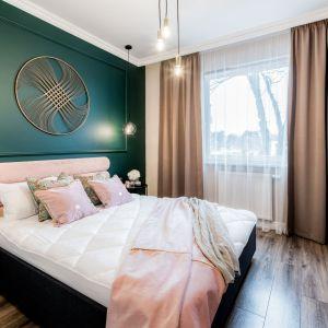 Ścianę w sypialni zdobi sztukateria pomalowana na zielono. Projekt wnętrza Marta Piórkowska-Paluch. Zdjęcia Andrzej Czechowicz, Foto Studio Wrzosy