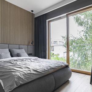 Ścianę za łóżkiem zdobi nowoczesna sztukateria. Projekt KAEL Architekci. Foto Rafał Chojnacki