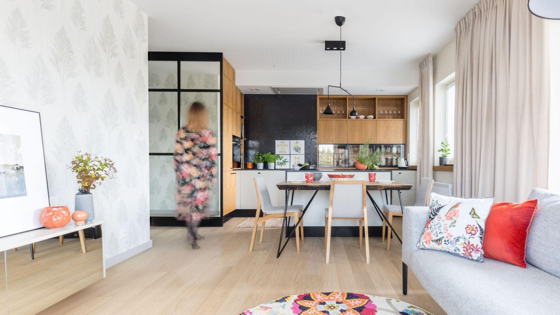 Modna kuchnia w bloku - pomysł na małą drewnianą kuchnię. Projekt: Agnieszka Morawiec, Pracownia Projektowa Siedem. Fot. Pion Poziom