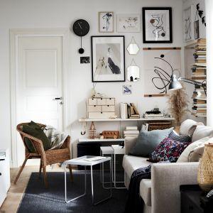 Mała sofa do salonu z oferty marki IKEA. Fot. IKEA