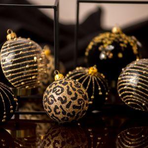Kolekcja Glamour to kwintesencja szyku, elegancji i subtelności. Ręcznie dmuchane, malowane i zdobione bombki są unikatowym połączeniem z pozoru oczywistych elementów, jak szkło i brokat. Zwieńczone są metalowym kapslem w złotym kolorze.  Fot. Kler