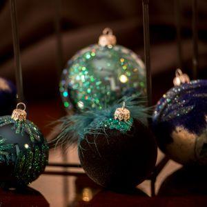 Kolekcja Azul to zmysłowe połączenie szkła z finezyjnymi elementami dekoracyjnymi. Ręcznie dmuchane, malowane i dekorowane bombki zdobi metalowy kapsel w srebrnym kolorze. Fot. Kler